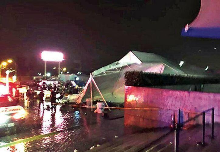 Durante la cena ofrecida a los asistentes del Congreso Mexicano del Petróleo cayó un toldo en el Auditorio Telmex debido a las fuertes lluvias. (Excelsior)