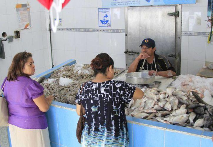 Las pescaderías hacen 'su agosto' durante la Cuaresma, por la alza en la compra de mariscos. (Harold Alcocer/SIPSE)