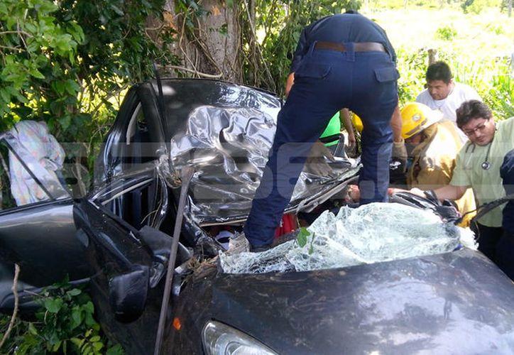 El frente del vehículo compacto quedó totalmente destrozado y sus tres ocupantes atrapados en el interior. (SIPSE)