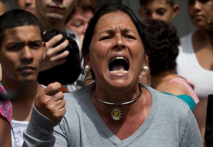 La crisis en Venezuela se acentúa con la grave escasez de alimentos y medicamentos. El jueves, cientos de personas tomaron las calles de Caracas para reclamar esta situación al gobierno de Nicolás Maduro. (AP)