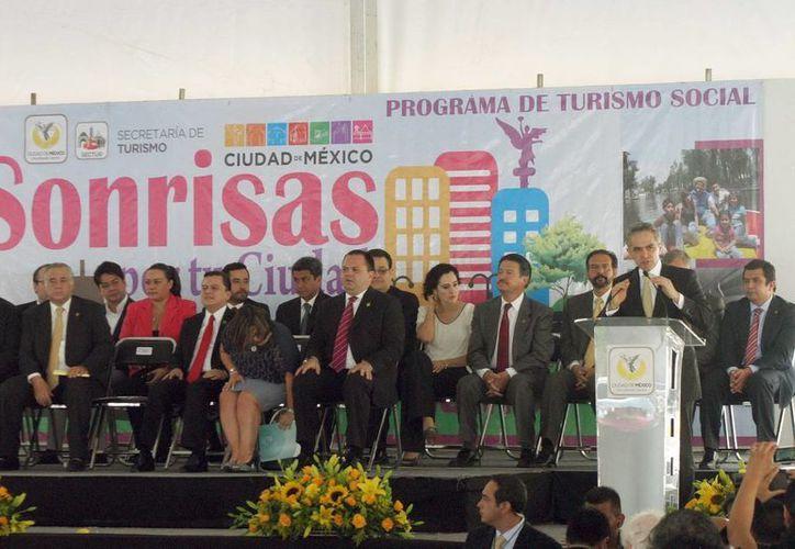 """El jefe de Gobierno del Distrito Federal, Miguel Ángel Mancera, encabezó el Lanzamiento del Programa de Turismo Social 2013, """"Sonrisas por tu Ciudad"""". (Notimex)"""