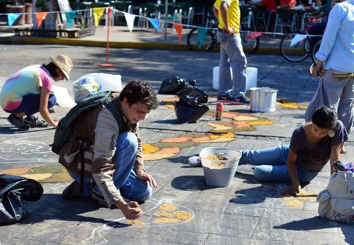 """Un grupo de artistas realizó la obra """"Arte efímero para el cambio: Mega Tapete Colectivo por Ayotzinapa"""" con materiales como gises de colores en áreas cercanas de la Bici-ruta. (Milenio Novedades)"""