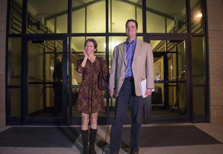 El líder mormón John Dehlin y su esposa Margi salen a hablar a un grupo de simpatizantes luego de una acción disciplinaria en el Logan Stake Center, Utah. (Agencias)