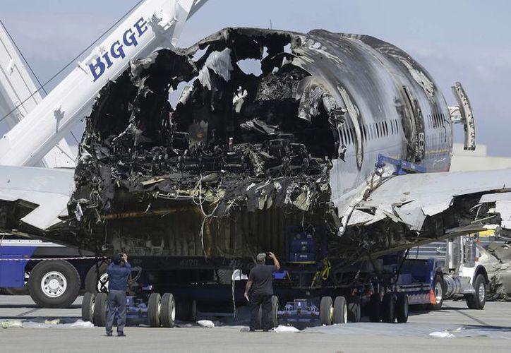 El avión chocó el sábado contra un rompeolas de piedra cerca de la pista de aterrizaje. (Agencias)