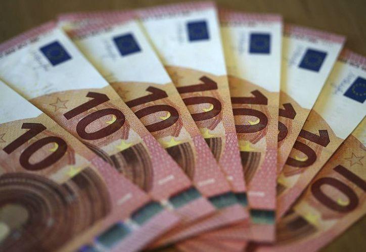 Imagen de billetes de 10 euros. Las bolsas de valores fueron afectadas por las negativas previsiones FMI sobre el crecimiento económico de Alemania, Italia y Francia. (Archivo/Agencias)