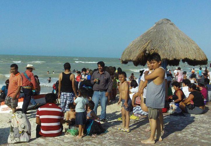 Protección Civil de Progreso calculó que el municipio recibió ayer unos 50 mil visitantes. (Manuel Pool)