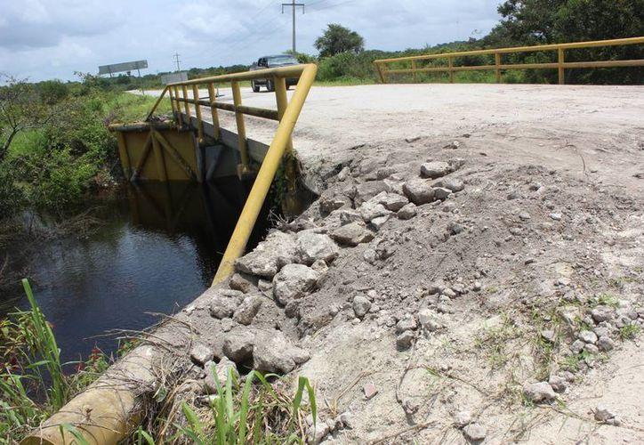 Como consecuencia de las constantes filtraciones de agua, resultaron afectados 15 puentes y siete tramos carreteros en Bacalar. (Javier Ortiz/SIPSE)