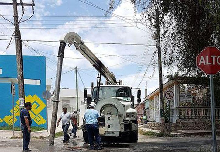 El sábado, un camión vector acudió para desazolvarlo, lo que aminoró la pestilencia y dejó de descargar aguas negras. (Javier Ortiz/SIPSE)