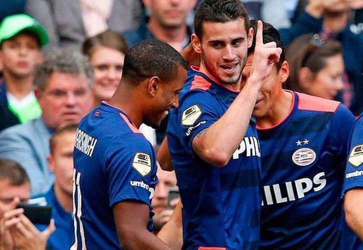 Jugadores del PSV -donde militan los mexicanos Andrés Guardado y Héctor Moreno- celebran uno de los dos goles con los que se llevaron la victoria en el clásico del futbol holandés ante el Ajax. (psv.nl)