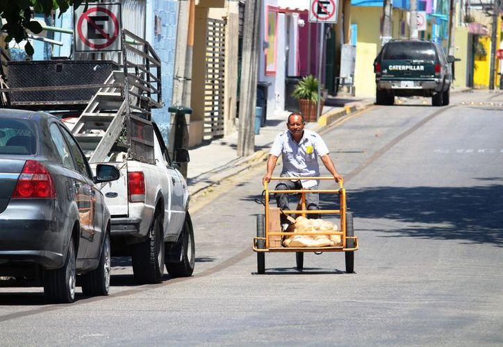 Automovilistas ocupan la vía como estacionamiento. (Octavio Martínez/SIPSE)