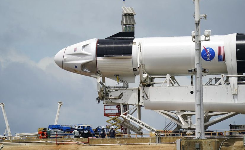 El Falcon 9, el cohete de la empresa SpaceX, con una capsula Dragon en los preparativos para su lanzamiento, el martes 26 de mayo de 2020, en el Centro Espacial Kennedy, en Cabo Cañaveral, Florida. (AP Foto/David J. Phillip)