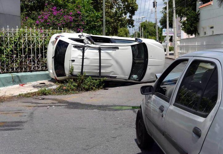 Muchos percances son por la falta de precaución de los conductores. Imagen de una volcadura en el norte de Mérida. (Milenio Novedades)