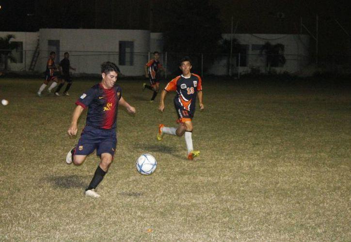 Ambos equipos lucharon en todo momento para adueñarse del balón. (Miguel Maldonado/SIPSE)