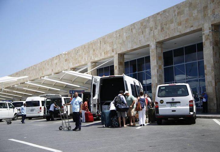 Los visitantes tardan hasta dos horas en salir del aeropuerto. (Israel Leal/SIPSE)