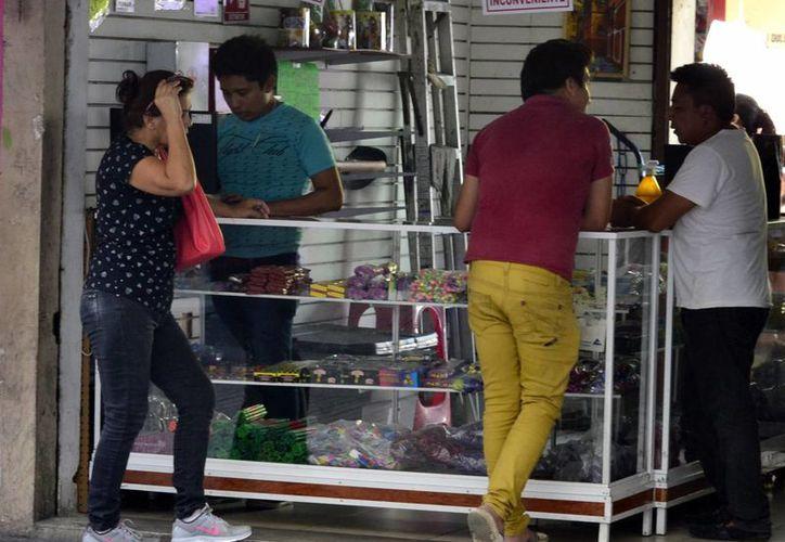 La venta de material pirotécnico será fuertemente vigilada. Imagen de contexto de una tienda ubicada en la zona conocida como 'Las Piñatas' (Milenio Novedades)
