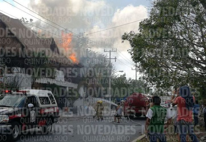 El fuego fue controlado de forma inmediata por el cuerpo de bomberos. (Sara Cauich/SIPSE)