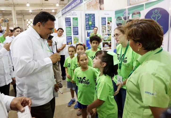 Imagen del gobernador Rolando Zapata Bello durante un recorrido por la Expo Foro Ambiental 2015. (Milenio Novedades)