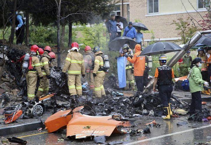 En el helicóptero que quedó destrozado viajaban cinco bomberos que pretendían rescatar 11 cuerpos tras el hundimiento del buque Sewol. (EFE)