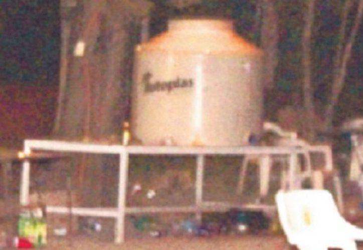 Llenar contenedores con alcohol es algo común en las fiestas en el municipio. (Foto El Debate)