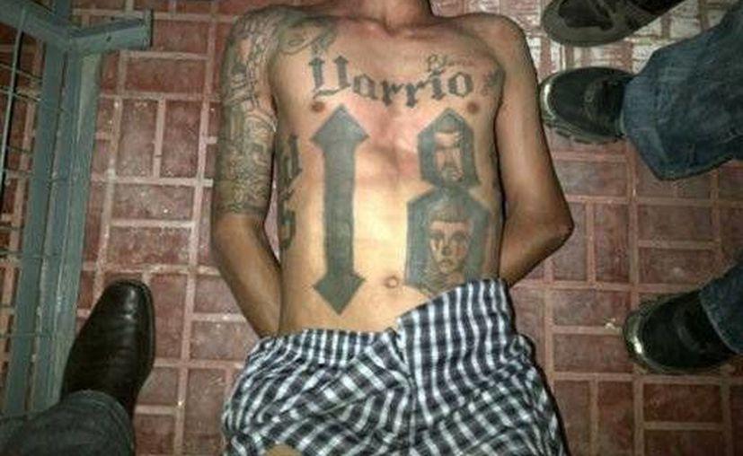 La foto que circuló en la prensa hondureña sobre la captura de un líder pandillero. (Agencias)