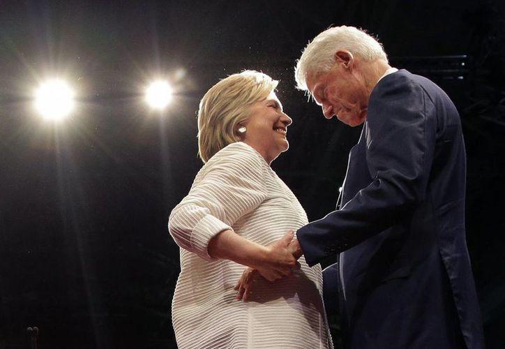 La virtual candidata demócrata Hillary Clinton intercambia unas palabras con su esposo, el expresidente Bill Clinton durante un mitin en Nueva York, el pasado 7 de junio. (AP Foto/Julie Jacobson)