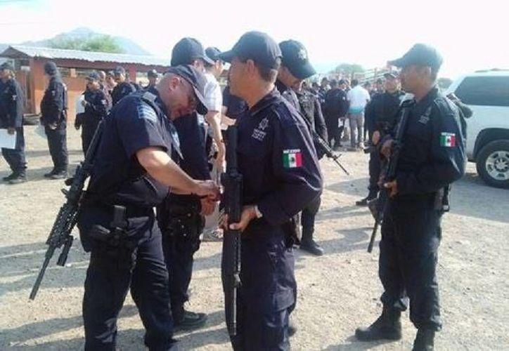 Los nuevos policías rurales de Coalcomán rindieron protesta este viernes. (Quadratín)