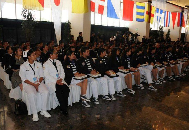 El subsecretario de Marina, Joaquín Zetina Angulo, reconoció los trabajos de todos los participantes en la edición 2016 de 'La Juventud y la Mar'. (Semar)