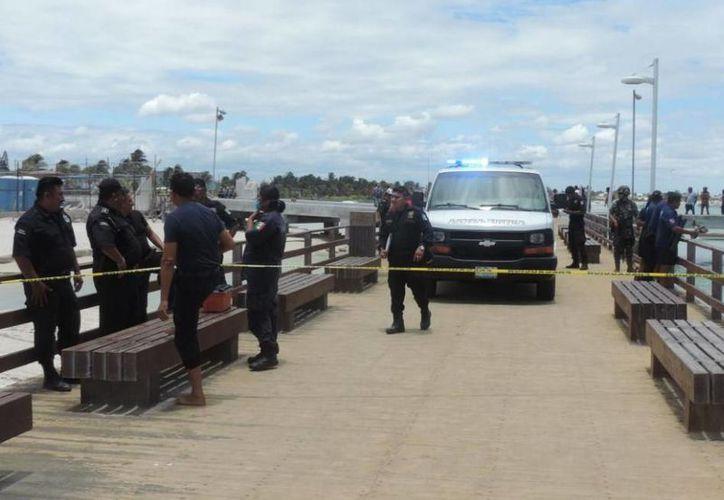 Imagen de la movilización policíaca que se registró en el  Muelle de Pescadores después de la muerte de un hombre. (Milenio Novedades)