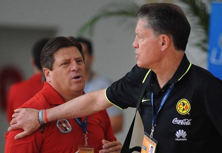 Ricardo Peláez (der.), directivo deportivo del Club América, anunció que Águilas jugará los sábados a las 9 de la noche, y ya no a las 5 de la tarde como ocurría hasta el torneo anterior. En la imagen, saluda a Miguel 'El Piojo' Herrera, DT de Xolos. (Jammedia)