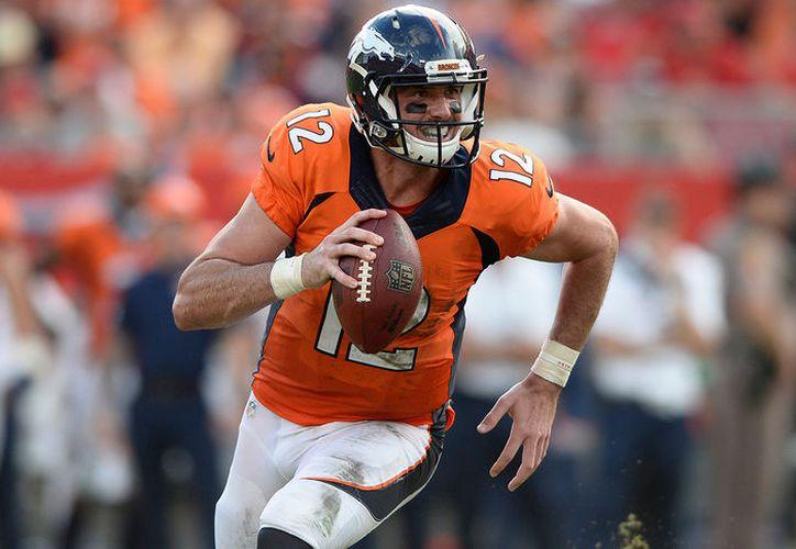 El mariscal de campo de los Broncos de Denver, Paxton Lynch, se lesionó un hombro y estará fuera los primeros juegos de la temporada. (Contexto/Internet).