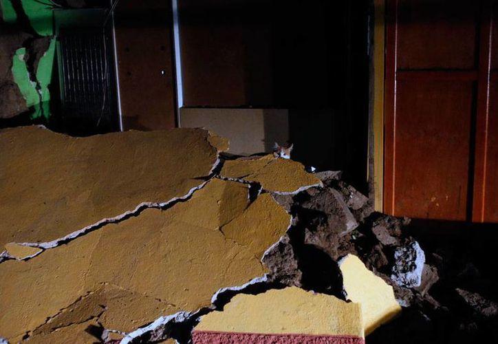 Un sismo de magnitud superior a los 8 sacudió el norte de Chile, en donde dejó viviendas y edificios dañados como muestra la imagen. Las autoridades hablan, hasta ahora, de ocho muertos. (AP)