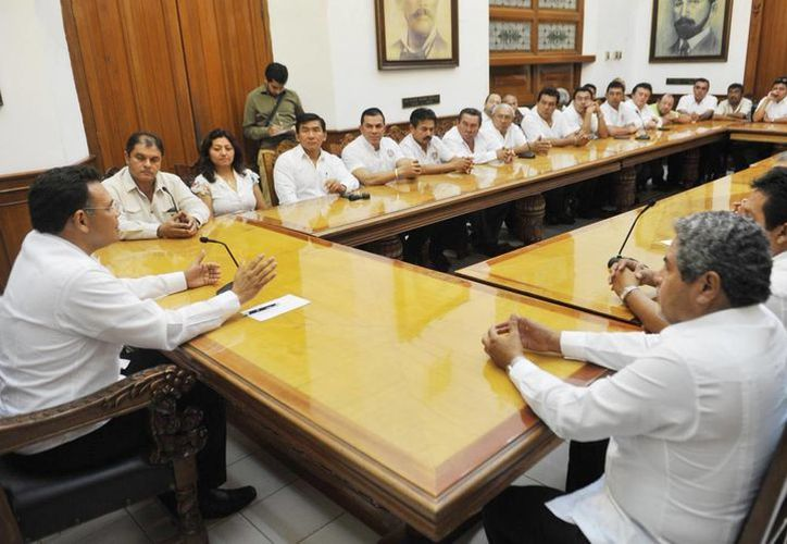 El gobernador Rolando Zapata Bello en reunión con transportistas. (Cortesía)