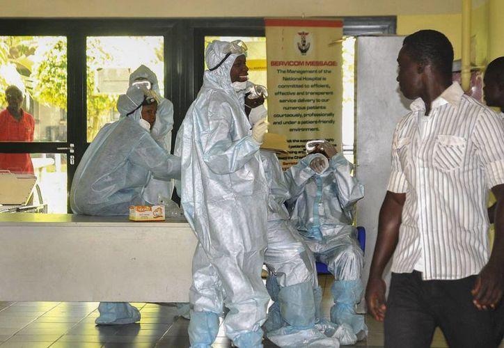 Trabajadores de la salud con trajes especiales de protección preparados para recibir cualquier emergencia de pacientes con ébola en el Hospital Nacional en Abuja (Nigeria). (EFE/Archivo)