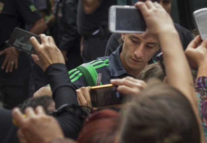 Andrés Guardado firma autógrafos en la concentración de la Selección Mexicana en Santos, Brasil. (EFE)