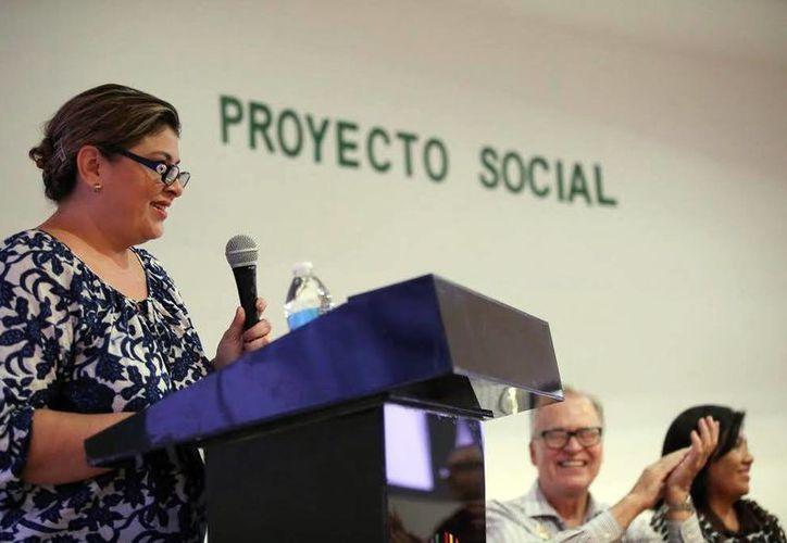 Elsa Beatriz Domínguez de Caballero, durante la conferencia a las internas del Cereso. (SIPSE)