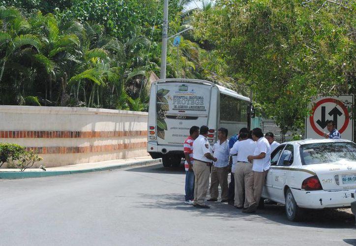 Un grupo de aproximadamente 80 taxistas se instaló afuera del hotel Excellence Riviera. (Redacción/SIPSE)