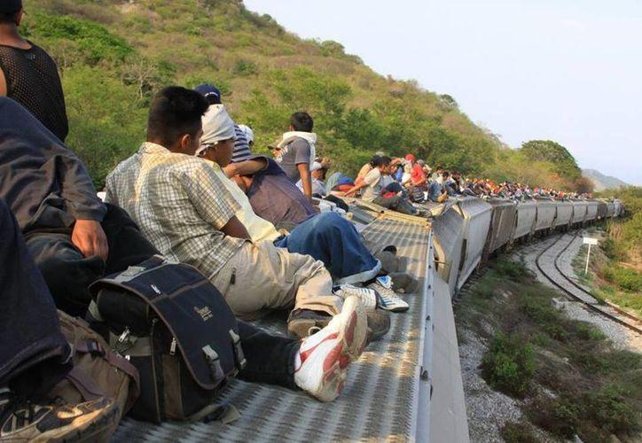 """El Gobernador de Tabasco afirmó que el número de migrantes que se traslada en el tren conocido como """"La Bestia"""" disminuyó considerablemente. (Archivo/Notimex)"""
