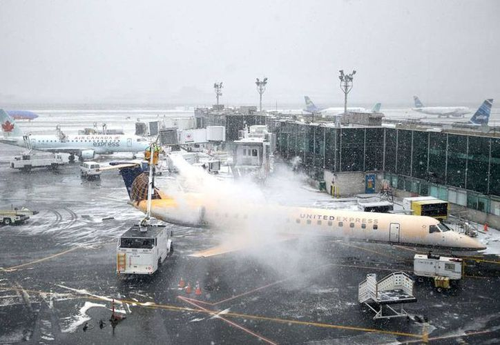 Imagen del aeropuerto La Guardia, en Nueva York, donde se han cancelado decenas de vuelos a causa del mal tiempo. (AP)