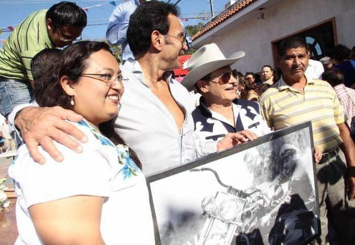 Un sobrino y uno de los hijos de Pedro Infante durante el aniversario luctuoso realizado el año pasado en Mérida. Ahora el homenaje será oficial cada año. (Milenio Novedades)