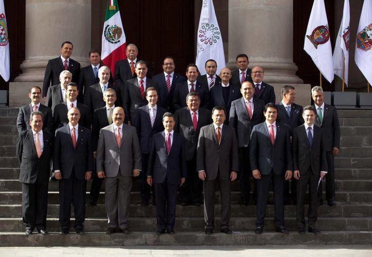 El gobernador de Yucatán, Rolando Zapata Bello (extremo derecho de la última fila), durante la reunión de la Conago en Chihuahua. (Notimex)