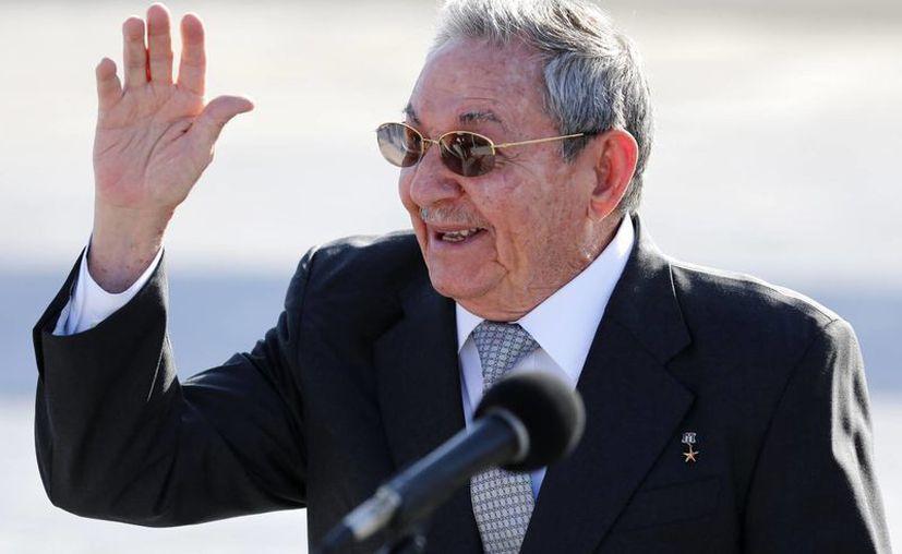 El presidente cubano Raúl Castro habla con reporteros en el aeropuerto José Martí tras despedir al mandatario de Francia Francois Hollande en La Habana, Cuba este martes. (AP Foto/Desmond Boylan)