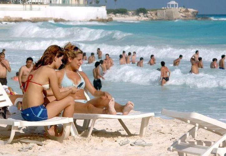 Continúa el arribo de turistas a pesar de la recomendación de viaje. (Israel Leal/SIPSE)