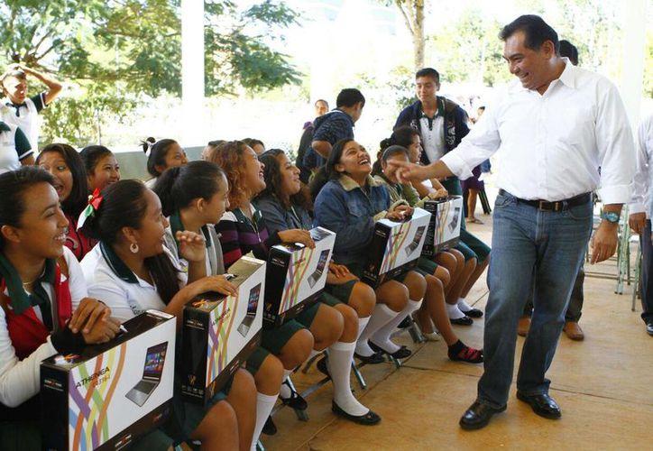 El secretario de Educación, Víctor Caballero Durán, durante la entrega de apoyos en Yaxcabá y Sotuta. (Foto cortesía del Gobierno)