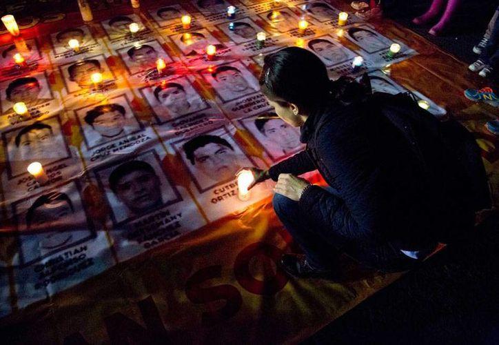 La solicitud de licencia del gobernador de Guerrero, Ángel Aguirre, no da luz en el caso Ayotzinapa: los estudiantes aún no aparecen. La imagen corresponde a una protesta del miércoles por la noche en la Ciudad de México. (Archivo/AP)