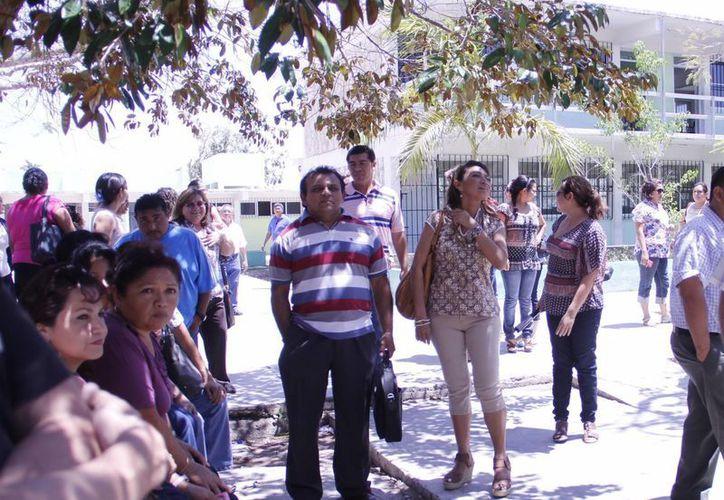 Los maestros están pendientes de la publicación de la lista de beneficiarios. (J. C. Albornoz/Milenio Novedades)