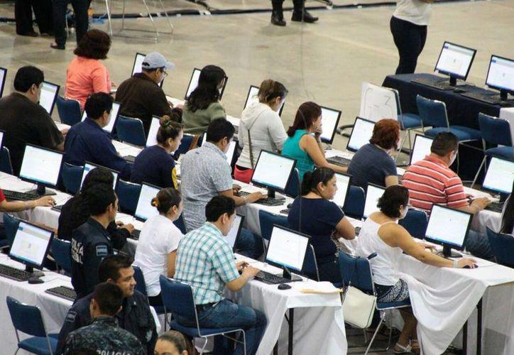 Imagen de los maestros de educación básica y medio superior al presentar su evaluación docente en Acapulco. La SEP anunció el despido de los que intentaron sabotear la prueba. (Archivo/Notimex)