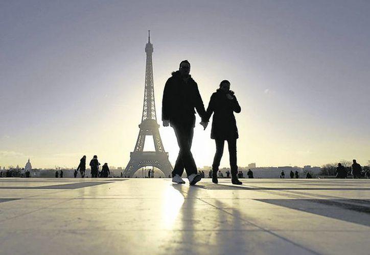 Los chinos y los japoneses son los viajeros más frecuentes que recibe la llamada Ciudad Luz. (Internet)
