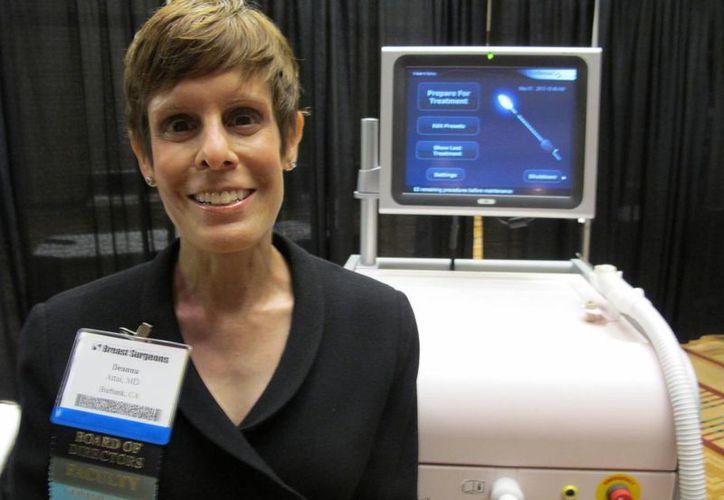La Dra. Deanna Attai posa frente a una máquina de crioablación en la conferencia de American Society of Breast Surgeons. (Agencias)