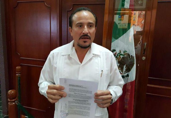 El magistrado muestra el documento que contiene su apología. (Joel Zamora/SIPSE)