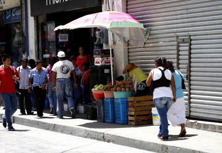 Las aceras del centro de la ciudad siguen ocupadas por ambulantes. (Milenio Novedades)